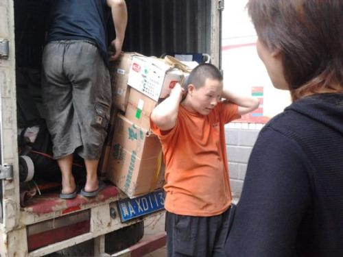 搬家物品打包上车